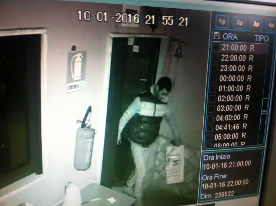 Pubblica su Facebook la foto dell'uomo che gli ha svaligiato il negozio