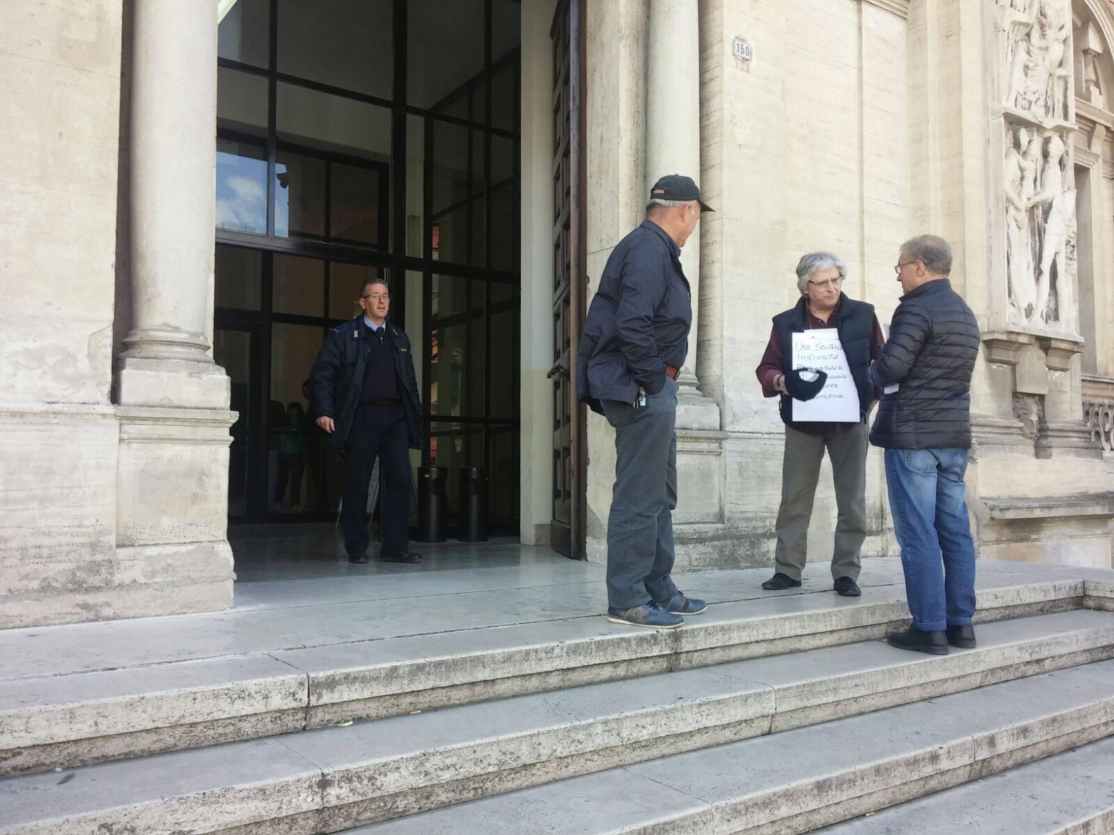 Ex Sindaco chiede elemosina per protesta davanti al Tribunale