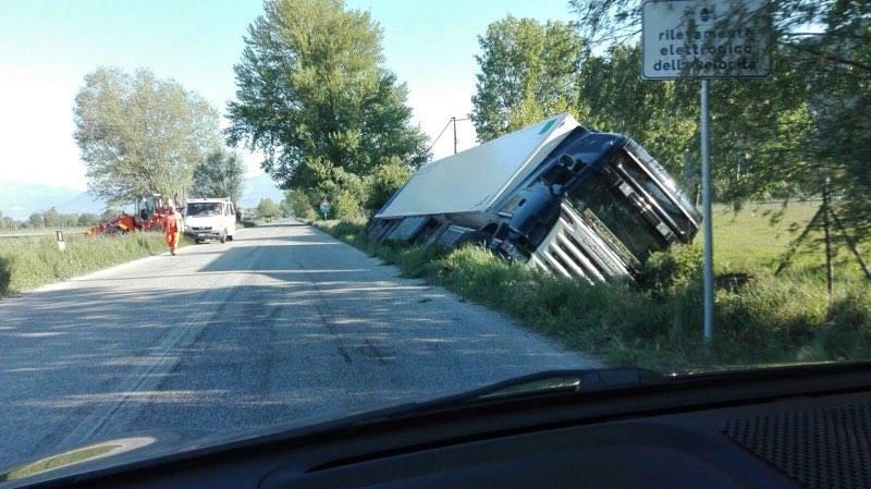 Camion si ribalta nel Fucino | FOTO