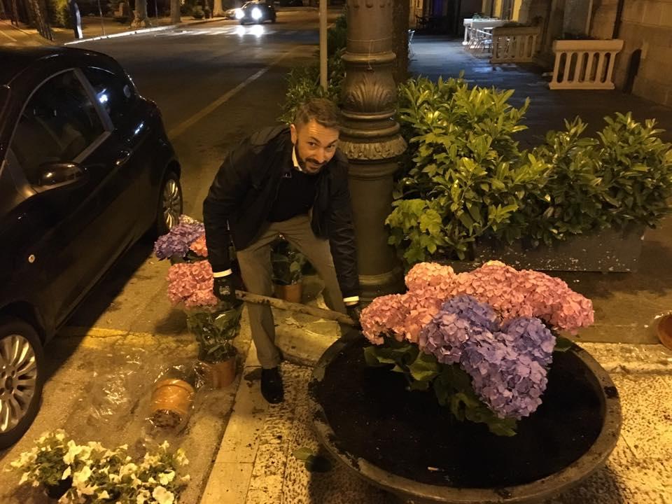 Sindaco in piena notte sistema le fioriere a Palazzo di Città