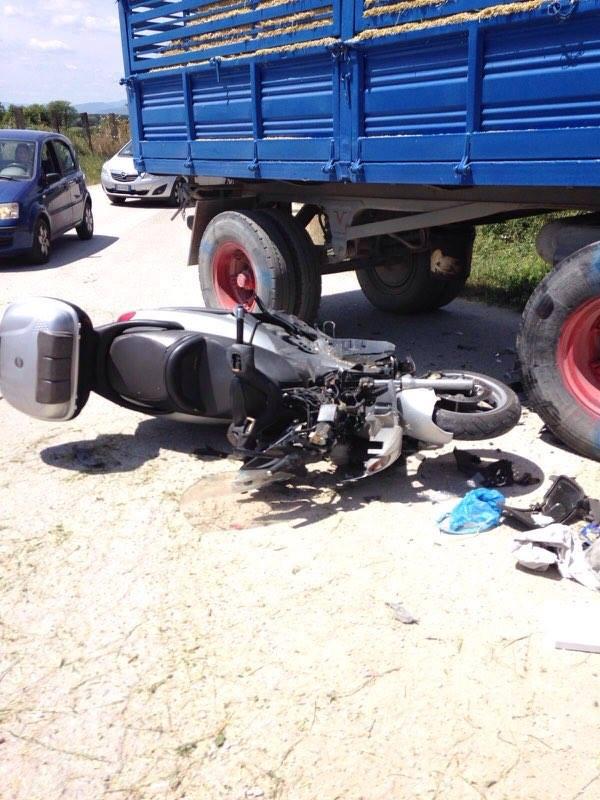 Si schianta con la moto contro il rimorchio di un trattore: è grave