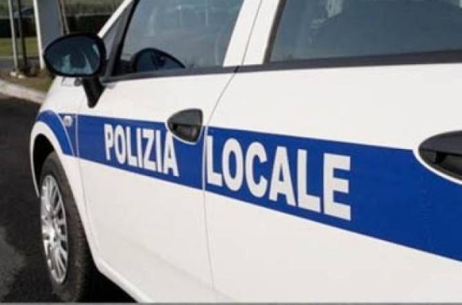 Sorpreso alla guida di un'auto senza assicurazione e con targa falsa, minaccia gli agenti: denunciato