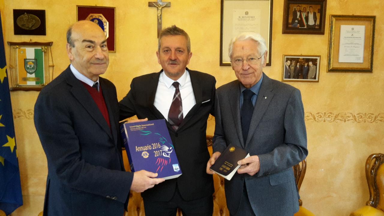 Il Lions Club dona cinquanta annuari all'Archivio Storico del Comune