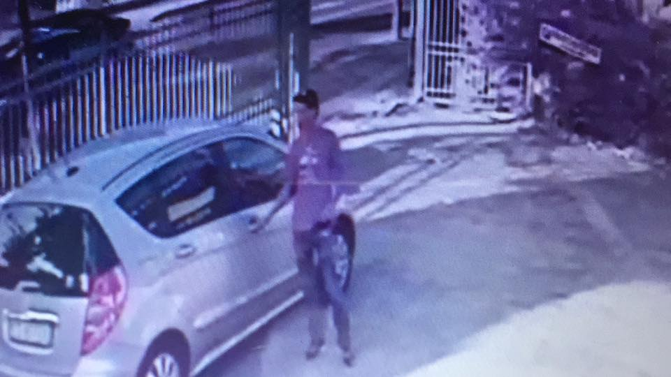 Furto in auto ripreso da una telecamera, si cerca il ladro su facebook