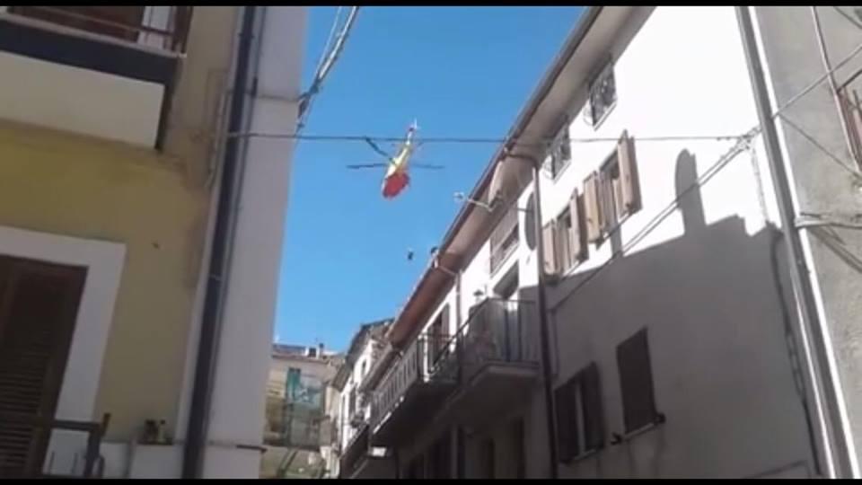 Accusa un malore in piazza: uomo elitrasportato in ospedale   VIDEO