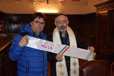 """La fascia della futura """"Miss sorridi con noi"""" ha ricevuto la benedizione del parroco don Francesco Grassi a Trasacco"""