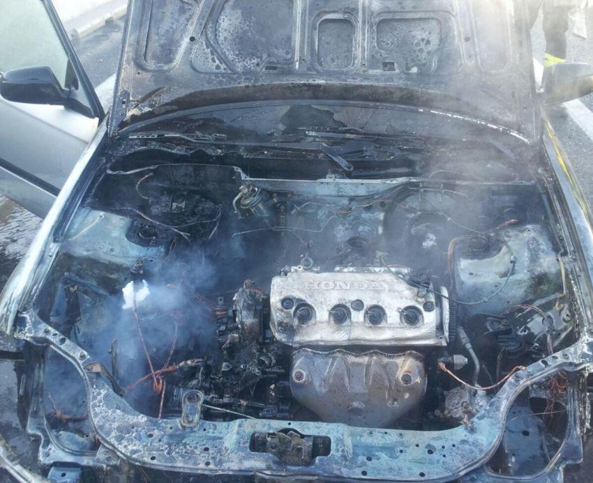 Auto in fiamme sulla A24