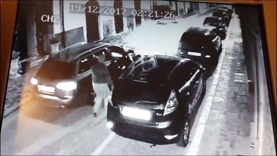 Rubano un'auto in piena notte, ma vengono ripresi dalle videocamere | VIDEO