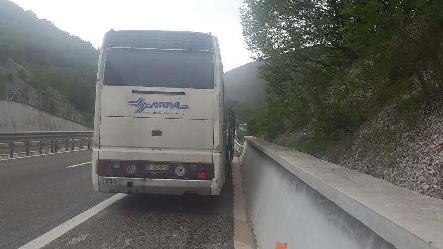 Bus in avaria, studenti a piedi sulla A24   FOTO
