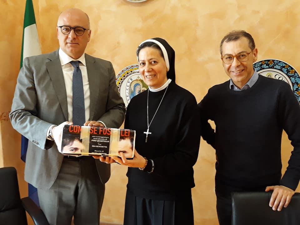 Il sindaco De Angelis consegna i fondi raccolti con lo spettacolo offerto dalla Fondazione Irti all'associazione Amici dell'Oasi di Madre Clelia