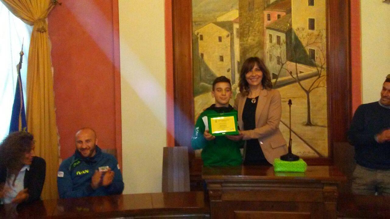 Il Sindaco Avv Mariangela Amiconi premia Luigi De Foglio||