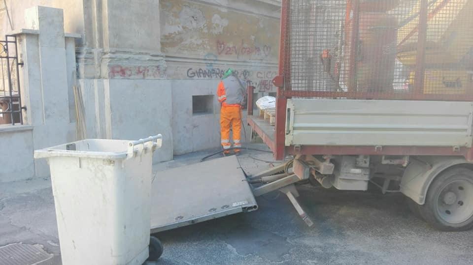 Iniziati i lavori di pulitura delle facciate delle scuole Mazzini Fermi di via Fontana