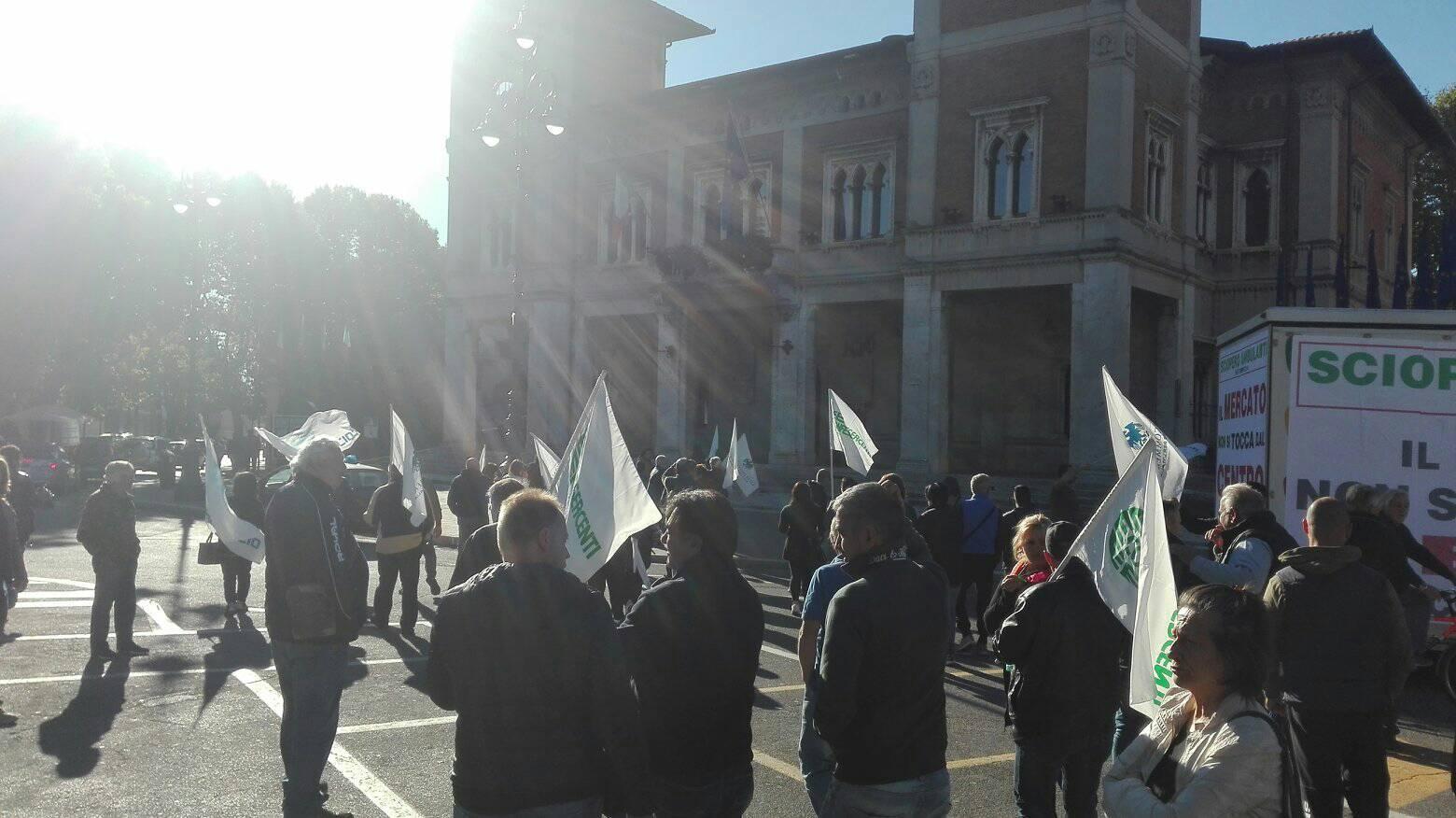 Mercato, richiesta seduta di Consiglio urgente: la maggioranza posticipa, opposizione all'attacco