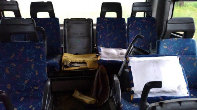 Vandali distruggono sedili sul bus bipiano diTUA. Scatta la denuncia