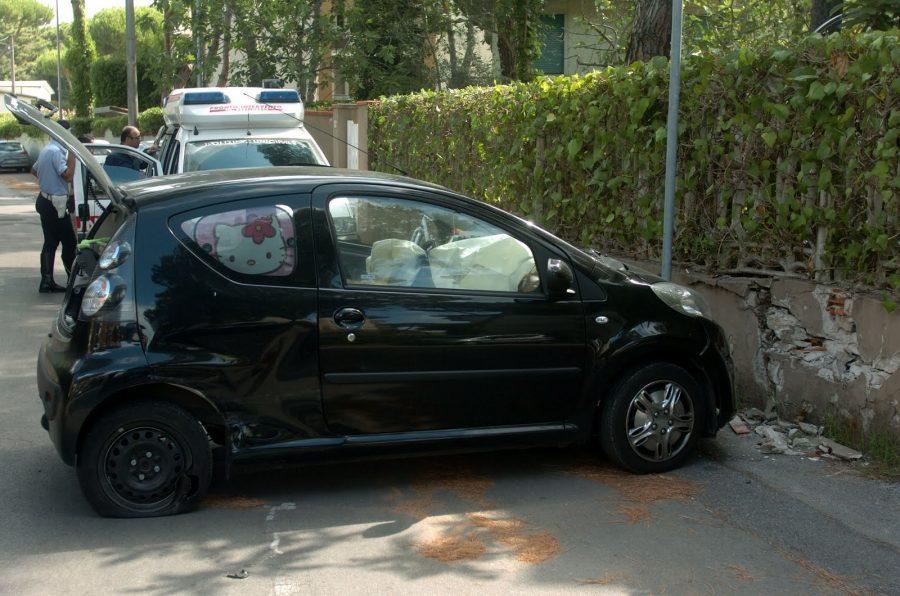 Auto senza freni contro un muretto