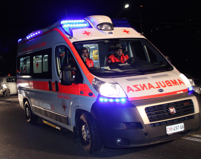 Cocktail di farmaci e alcool dopo l'incidente, dà di matto sull'ambulanza