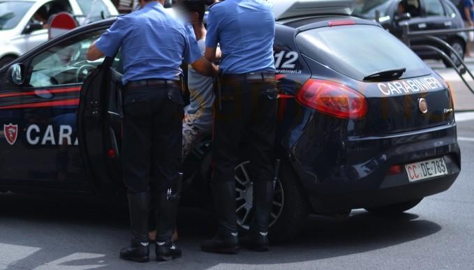 In possesso di droga, si scaglia contro i Carabinieri per tentare la fuga: arrestato