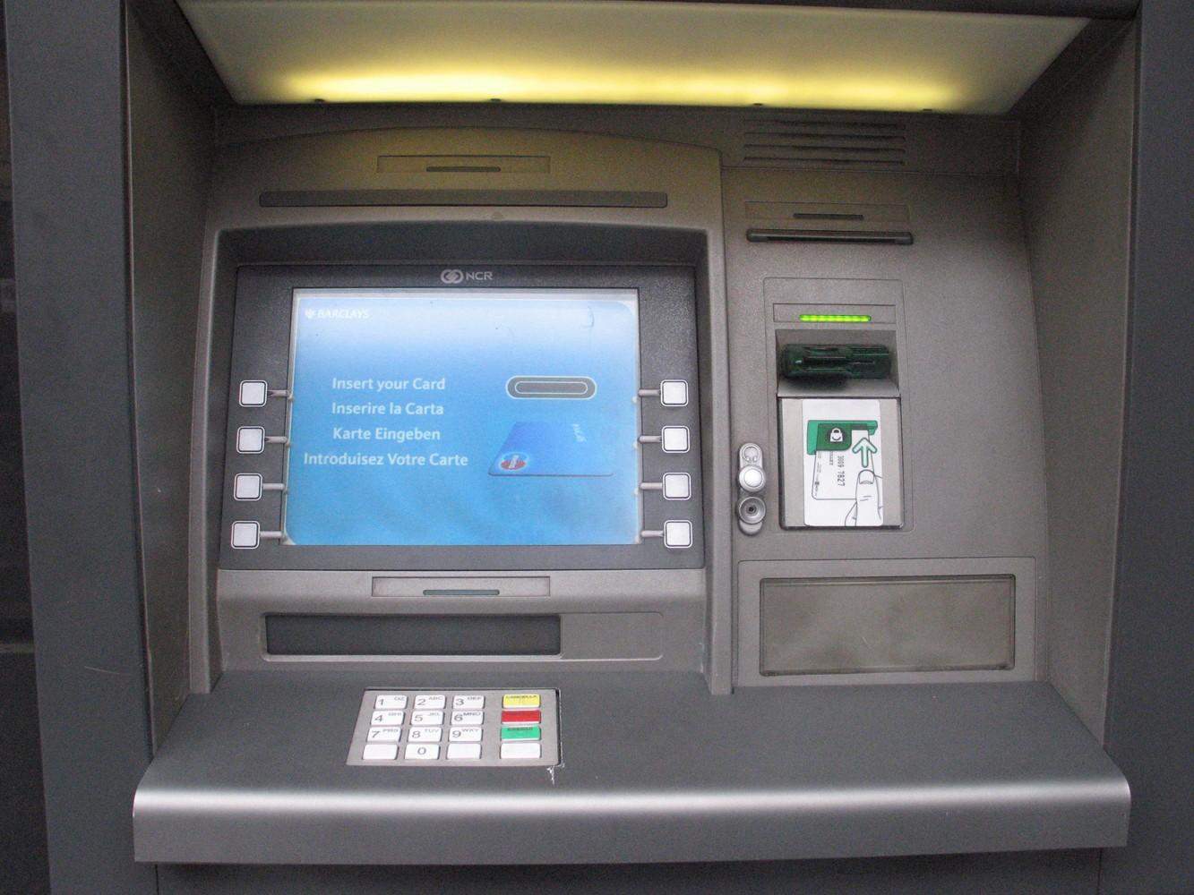 Sottrae il bancomat a casa dell'amico e ritira 2mila euro dal conto per le iniziative della parrocchia