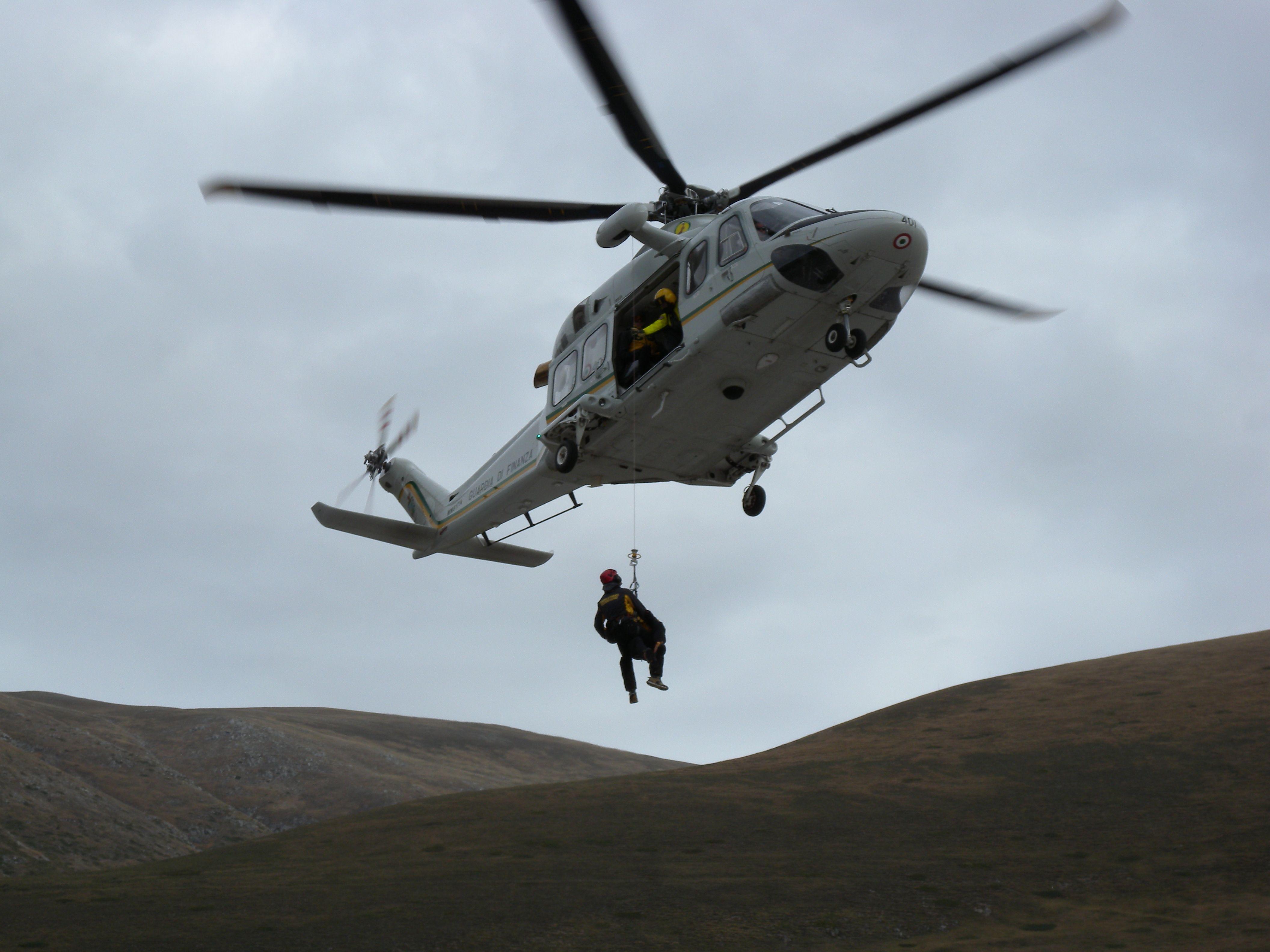 Escursionista tratto in salvo dal Soccorso Alpino della Guardia di Finanza con elicottero del Corpo Volpe 115