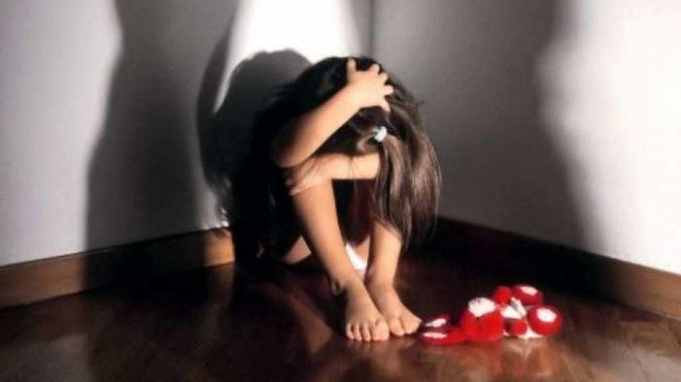 Violenze e minacce alla figlia minorenne, coppia condannata