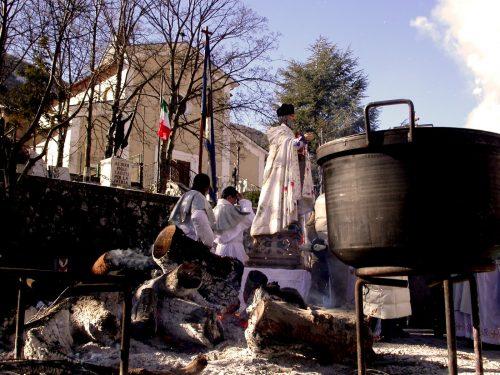 Il rito della Panarda, maschere, cesti, corone, fuochi e cottore per la festa di S. Abate a Villavallelonga