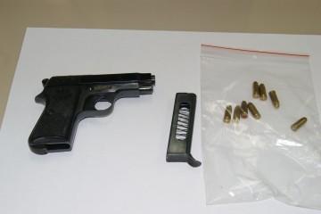 Tiro a segno con una pistola con matricola abrasa e detenzione di munizioni: assolti