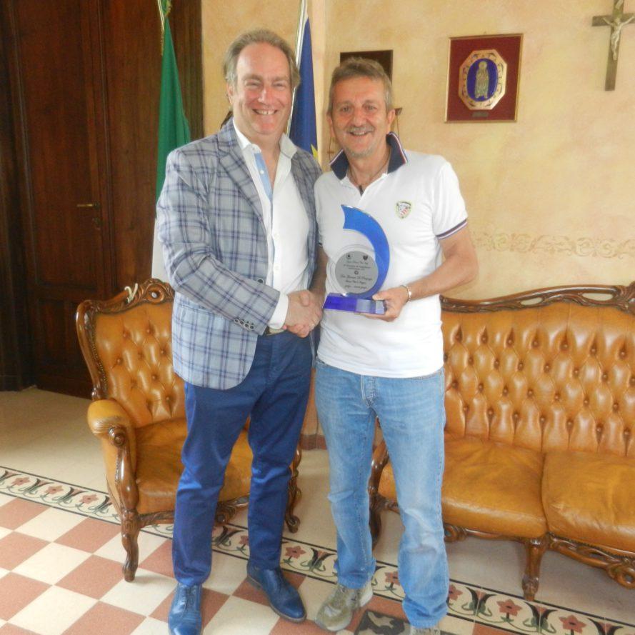 Targa al sindaco di Avezzano da parte dell'organizzatore del Circuito d'Auto d'Epoca