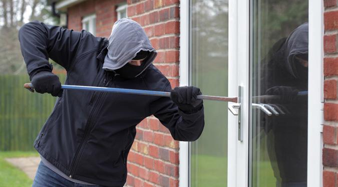 Cerca di rubare in casa di un'anziana, accusato di tentata rapina e minacce