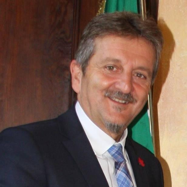 Avezzano, il sindaco Giovanni Di Pangrazio incontra i cittadini in Piazza Risorgimento per illustrare il suo programma elettorale