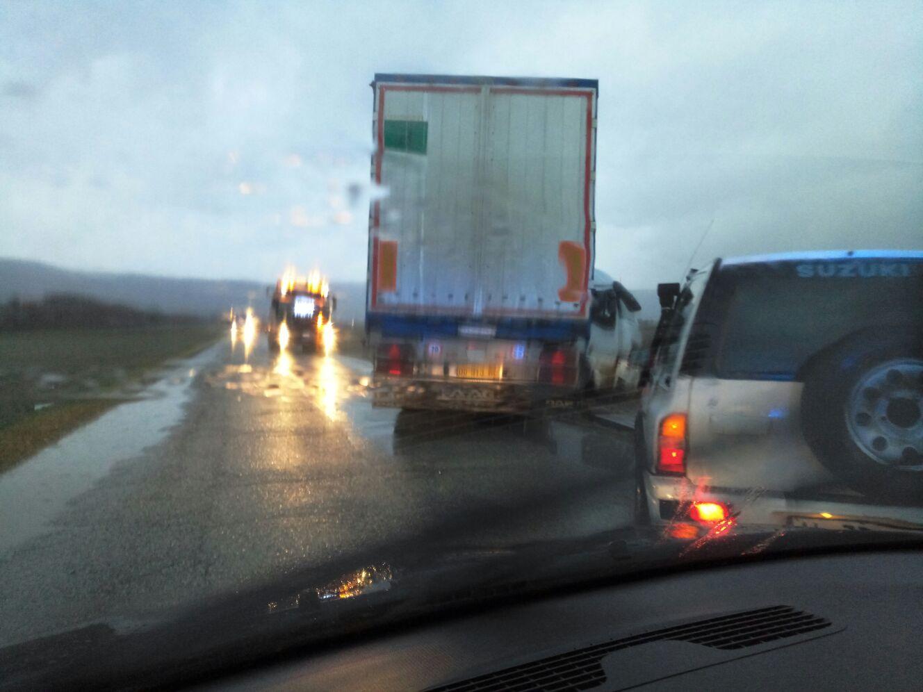 Fucino, pioggia e strade ghiaccate. Paura per un camionista