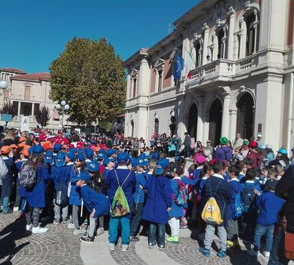 Gli alunni della scuola Primaria di Magliano in corteo per l'inizio dell'anno scolastico