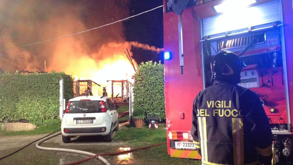 Palazzo in fiamme, notte di paura per tre famiglie