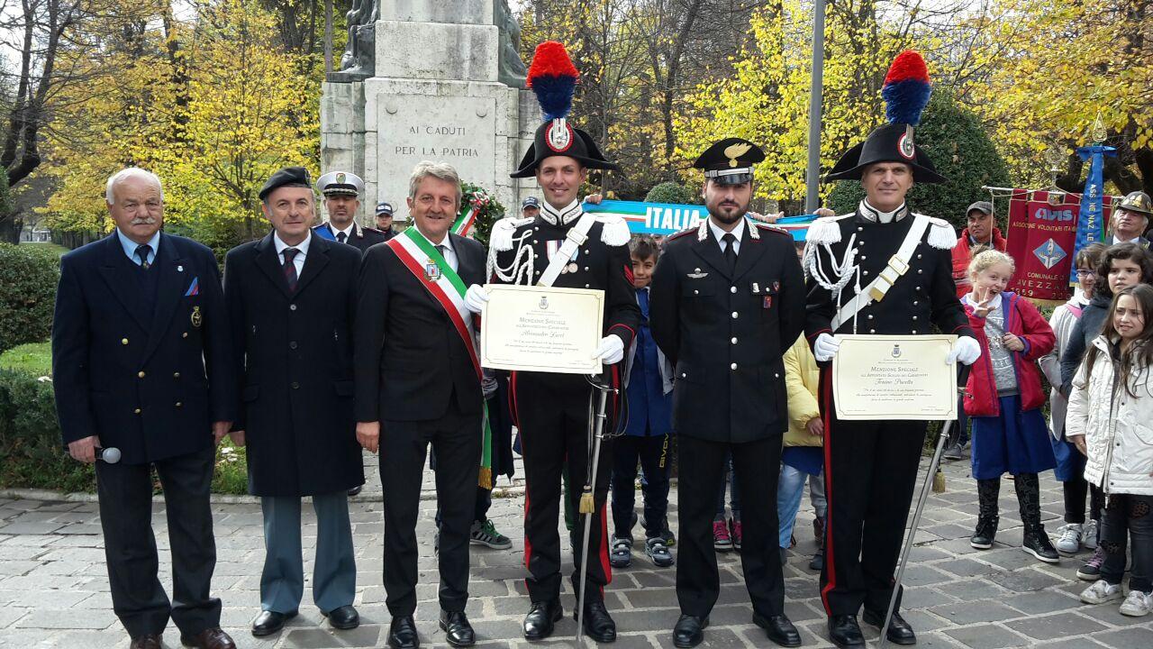 Riconoscimento a carabinieri in Alta Uniforme