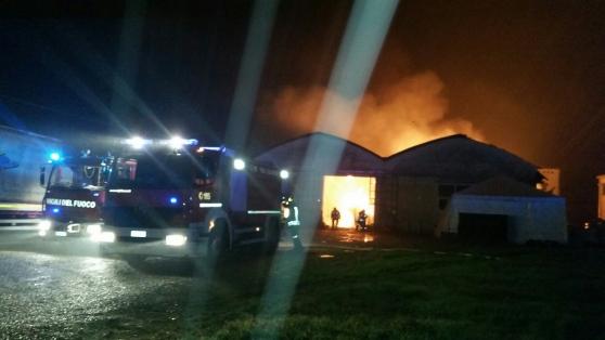 Rimessa agricola in fiamme a Trasacco