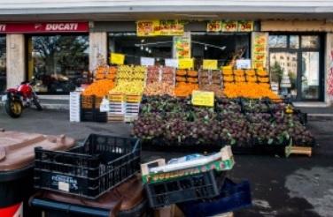 Frutta in strada e tra lo smog: protesta dei cittadini