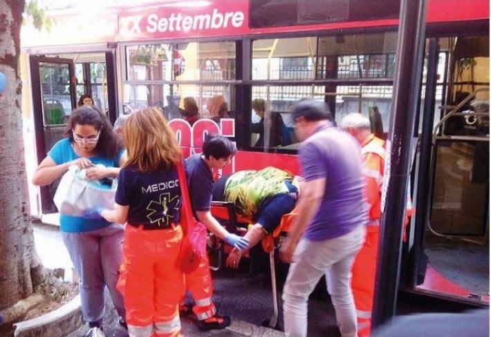 Paura sul bus: ferita una passeggera