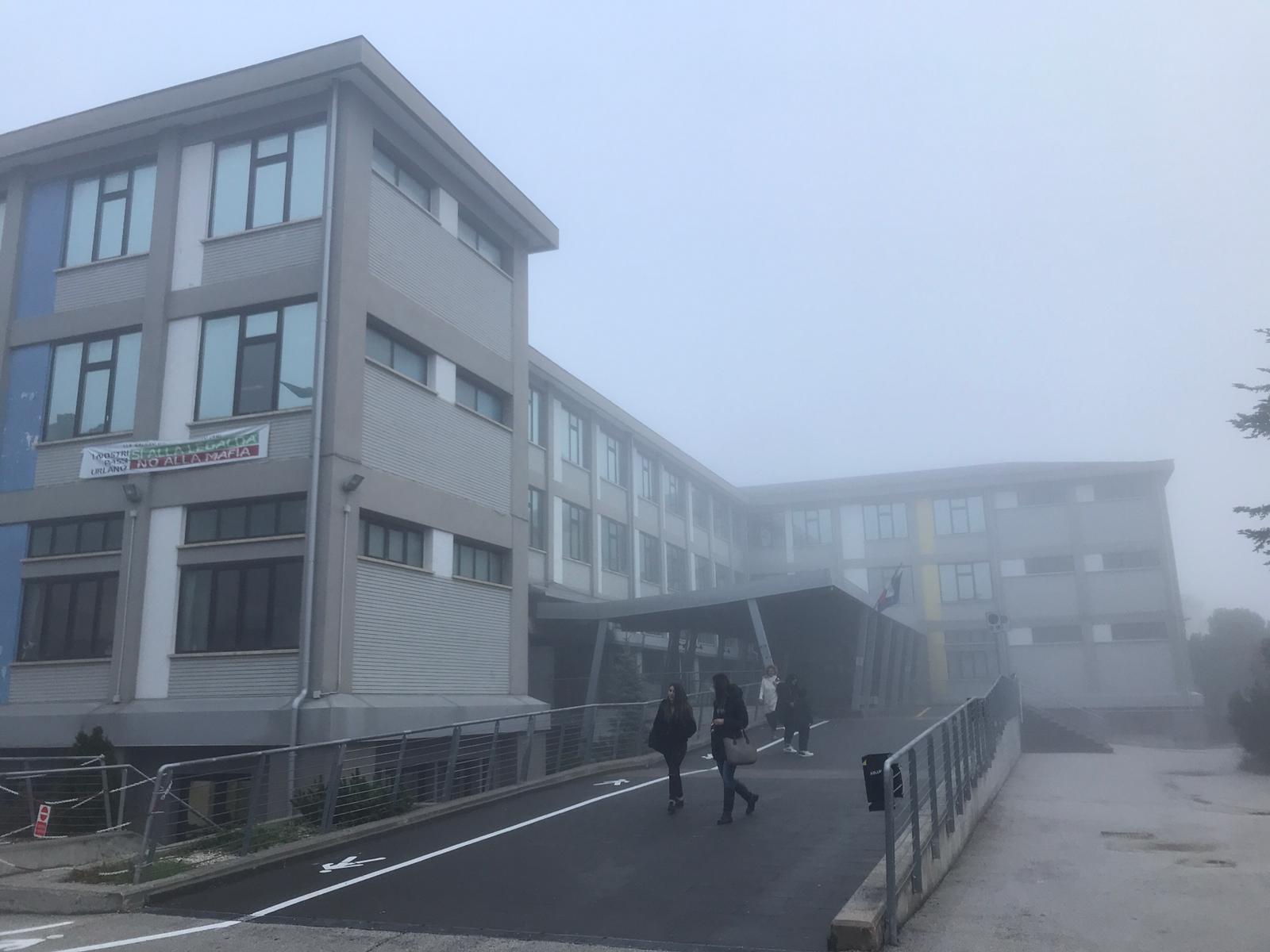Avezzano, i ragazzi dell'Istituto Tecnico Geometri si rifiutano di entrare perché i termosifoni sono spenti