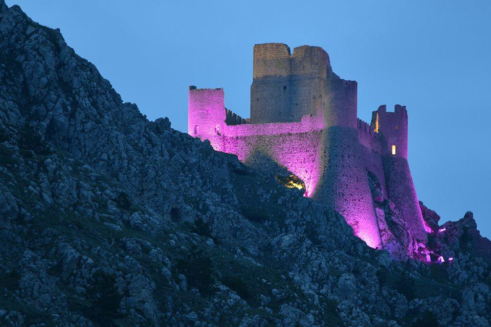 Il Castello di Rocca Calascio si tinge di rosa per la nona tappa del Giro D'Italia