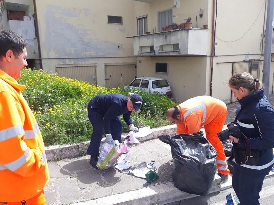Operatori della Tekneko e polizia locale indagano tra i rifiuti abbandonati e multano 10 cittadini