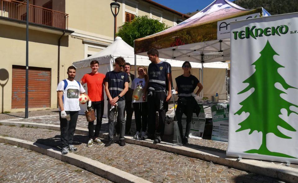 Volontari in azione a Cese di Avezzano per dire basta alle discariche abusive e ai rifiuti abbandonati