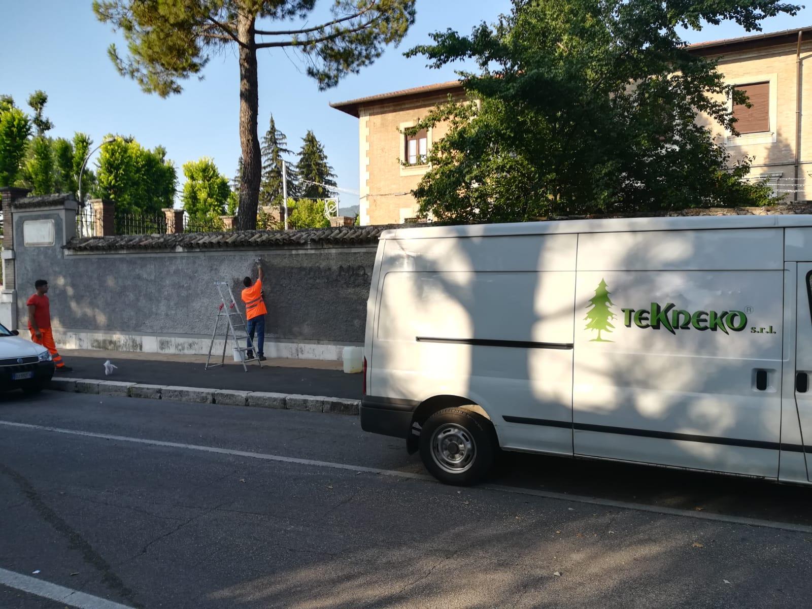 Operatori Tekneko in azione a Villa Torlonia, ripulite da scritte e murales le mura perimetrali