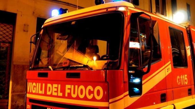 Tenta di togliersi la vita, salvata dai vigili del fuoco e dai sanitari del 118