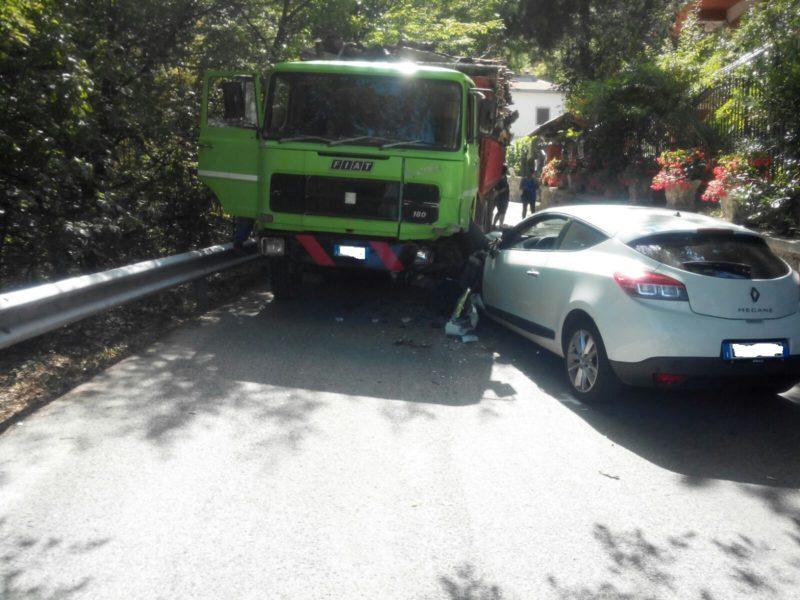 Violento schianto camion-auto: un ferito