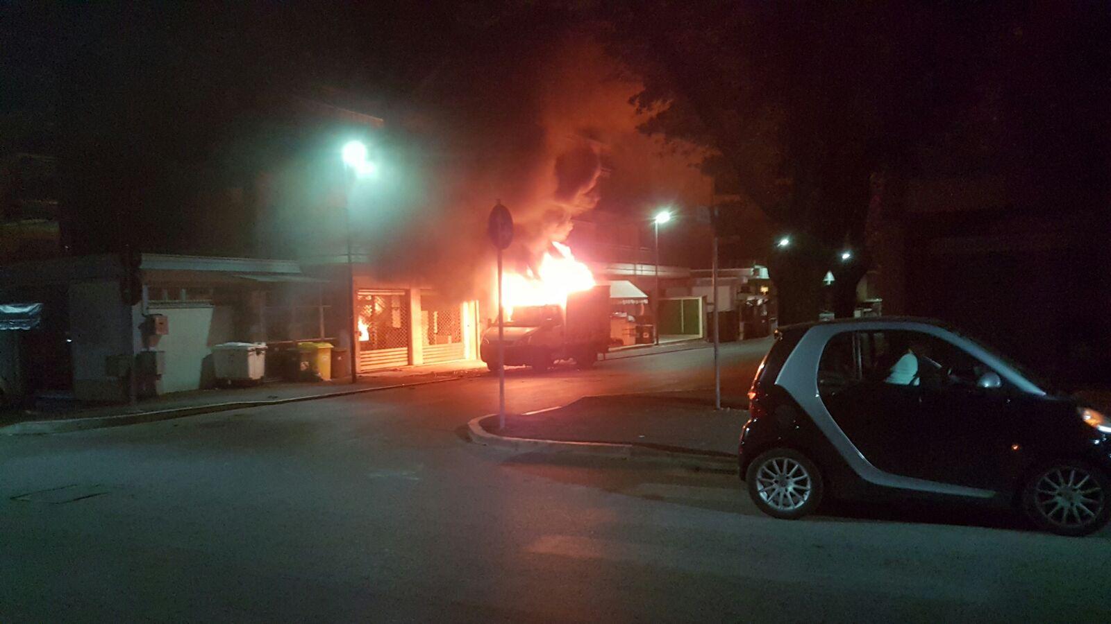 Avezzano: furgone in fiamme nella notte in via America