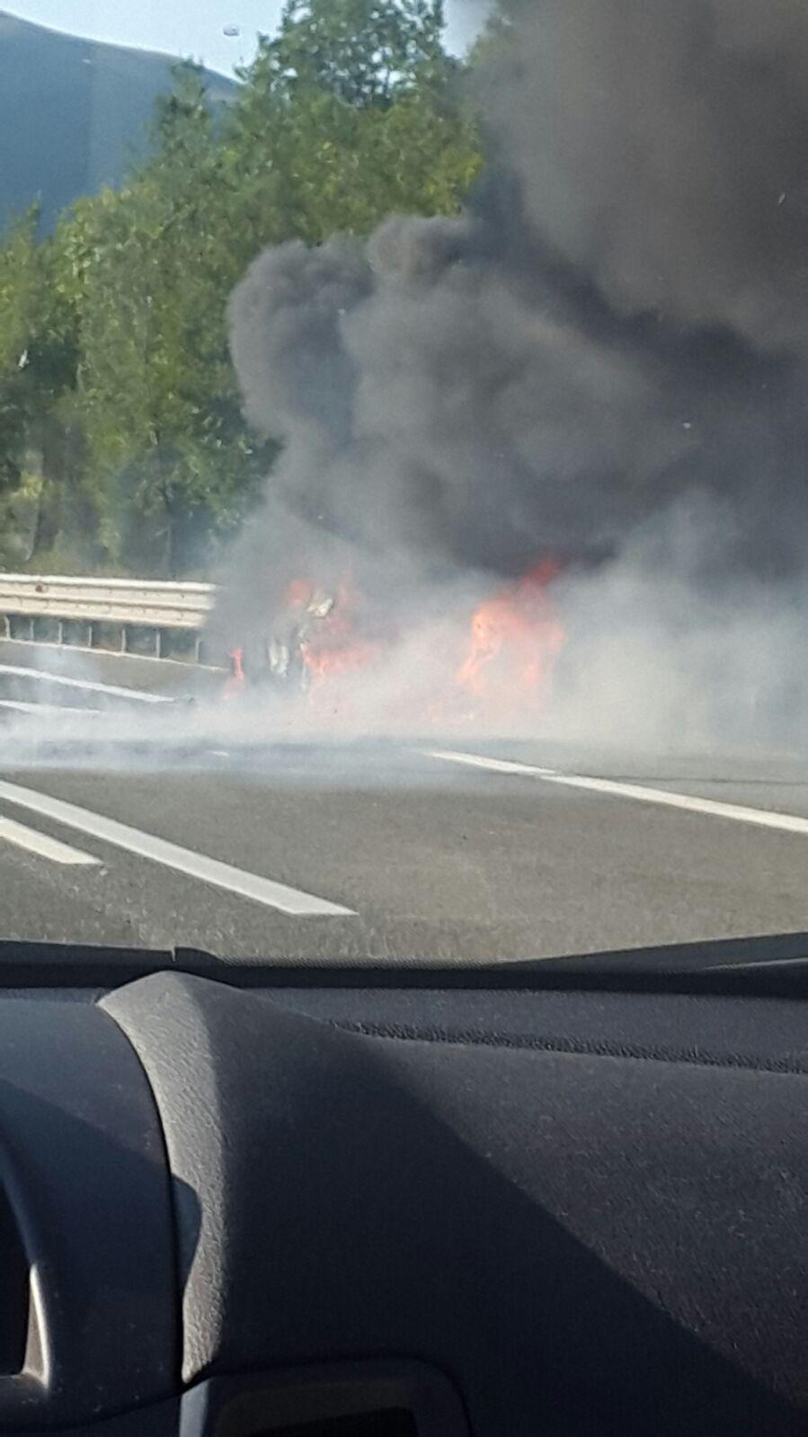 Auto in fiamme sulla A25 | FOTO