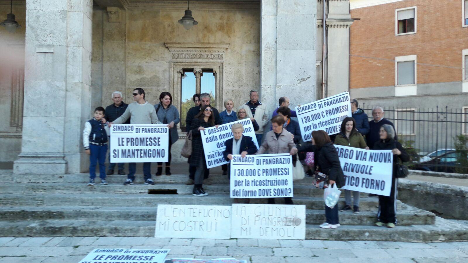 Scoppia la protesta dei residenti di via Nuova, fischietti sotto al Comune