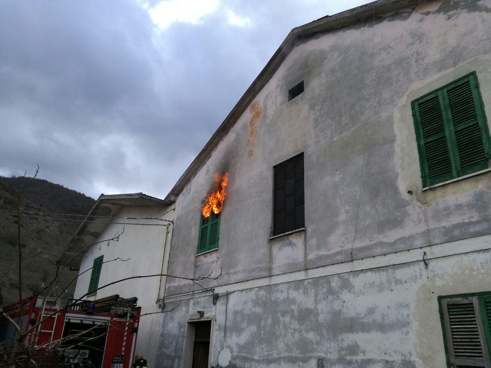 Abitazione in fiamme, tragedia sfiorata a Capistrello
