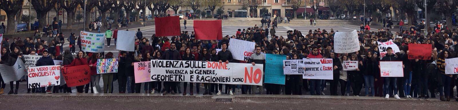 25 novembre: studenti avezzanesi manifestano contro la violenza sulle donne   VIDEO