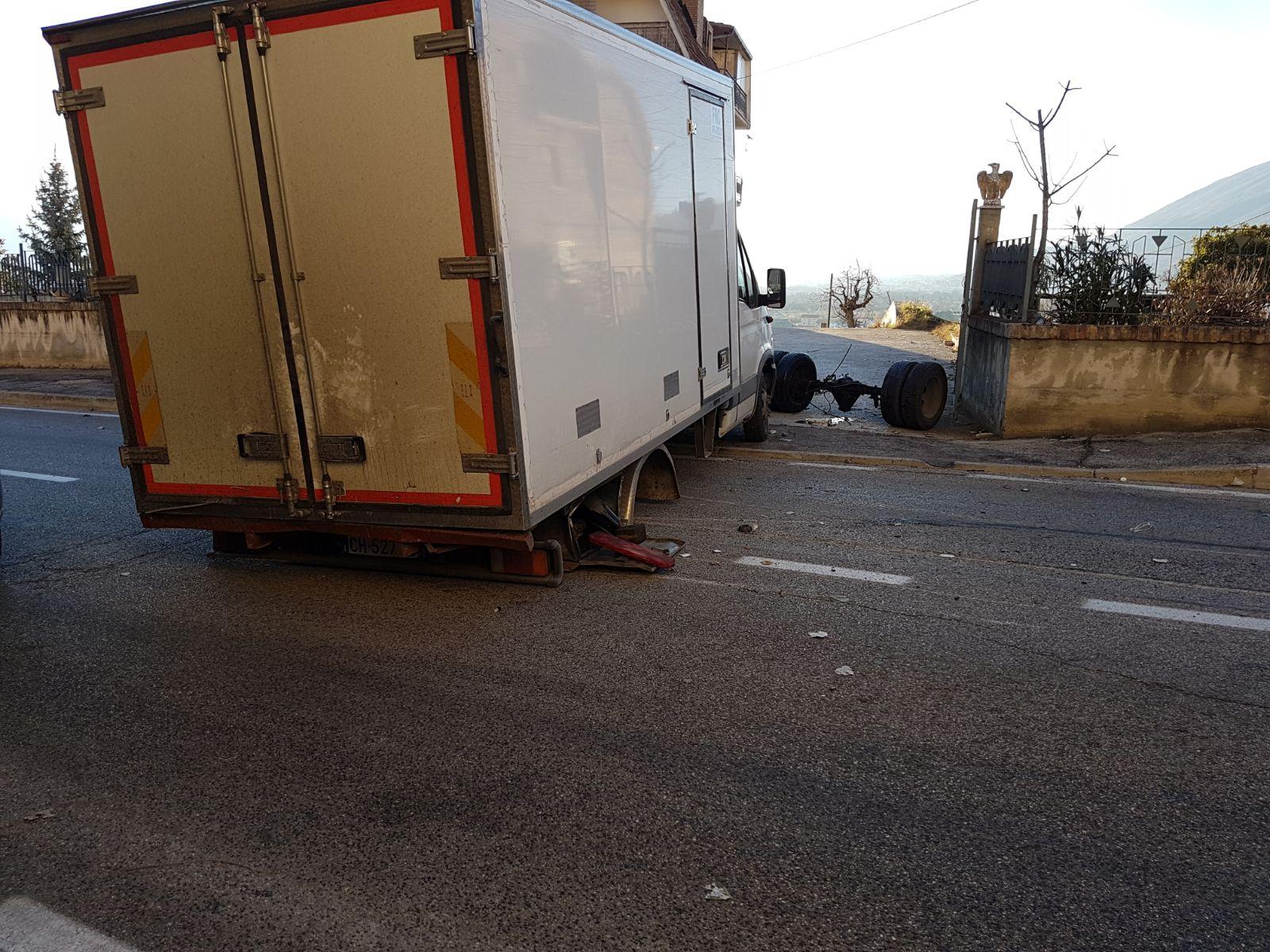 Camion attraversa un dosso e si rompe   FOTO