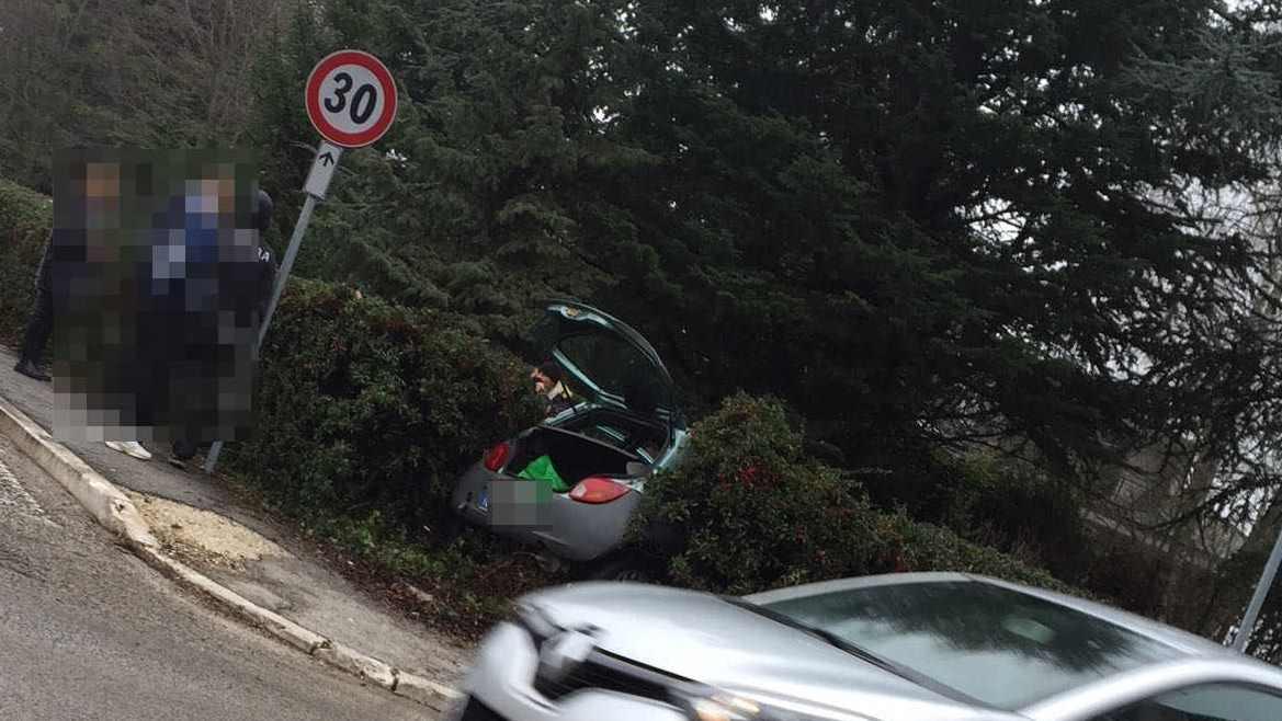 Violento scontro tra due auto ad Avezzano   FOTO